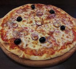 Пицца с ветчиной и луком