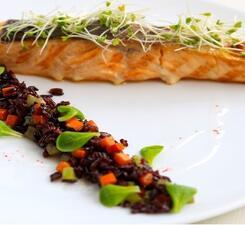 Филе норвежского лосося на гриле с диким рисом