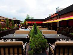 Летняя площадка в кафе Arsha ждет своих гостей