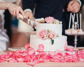 Dubai Luxurious дарит торт и фуршет